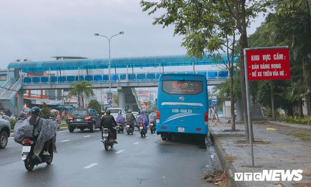 Ảnh: Cầu vượt đi bộ đầu tiên ở Đà Nẵng - Ảnh 2.