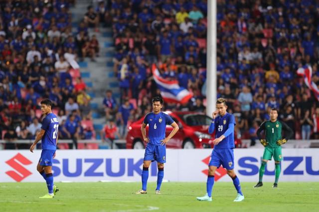 Cầu thủ Thái Lan suy sụp, gục khóc nức nở sau thất bại đau đớn trước Malaysia - Ảnh 1.