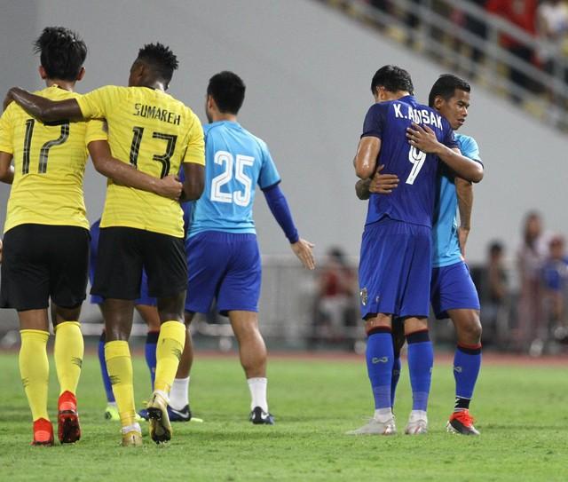 Cầu thủ Thái Lan suy sụp, gục khóc nức nở sau thất bại đau đớn trước Malaysia - Ảnh 13.