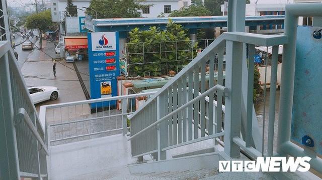 Ảnh: Cầu vượt đi bộ đầu tiên ở Đà Nẵng - Ảnh 3.