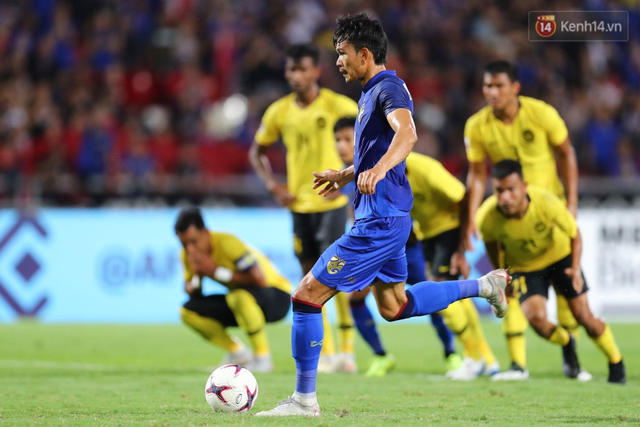 Cầu thủ Thái Lan suy sụp, gục khóc nức nở sau thất bại đau đớn trước Malaysia - Ảnh 3.