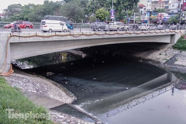 Tràn ngập nước thải, liệu sông Tô Lịch có tái sinh thành sông Thames? - Ảnh 4.
