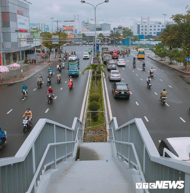 Ảnh: Cầu vượt đi bộ đầu tiên ở Đà Nẵng - Ảnh 5.
