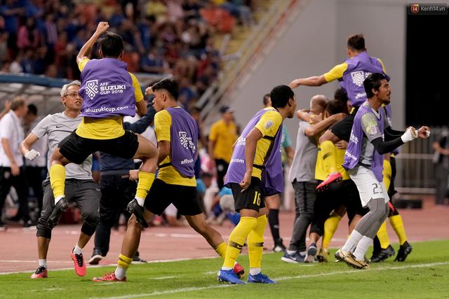 Cầu thủ Thái Lan suy sụp, gục khóc nức nở sau thất bại đau đớn trước Malaysia - Ảnh 7.