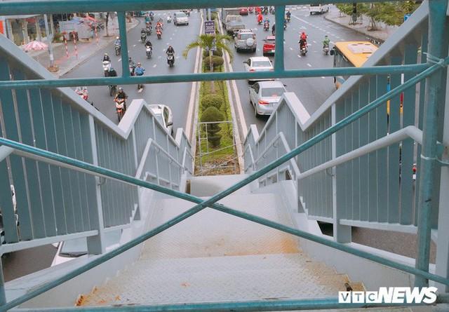 Ảnh: Cầu vượt đi bộ đầu tiên ở Đà Nẵng - Ảnh 9.