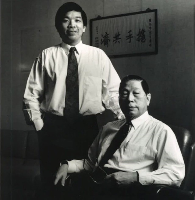 Ở tuổi 100, tỷ phú lớn tuổi nhất thế giới vẫn đến văn phòng làm việc hàng ngày và hướng dẫn con trai về quá trình lãnh đạo công ty - Ảnh 1.