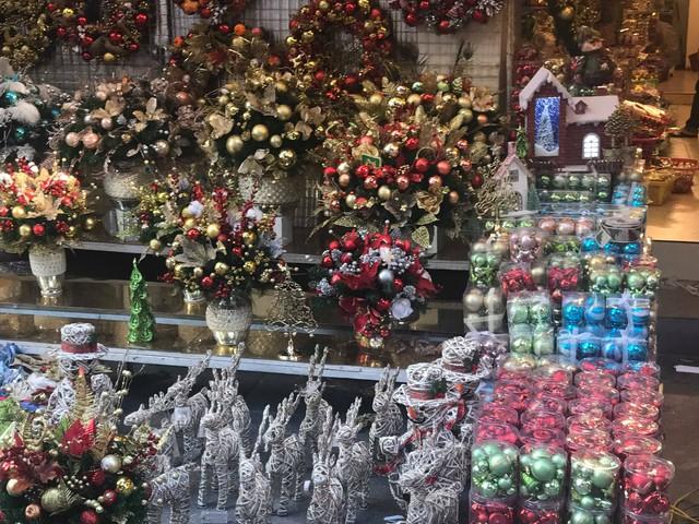 Không khí mua sắm Noel bắt đầu nhộn nhịp - Ảnh 4.