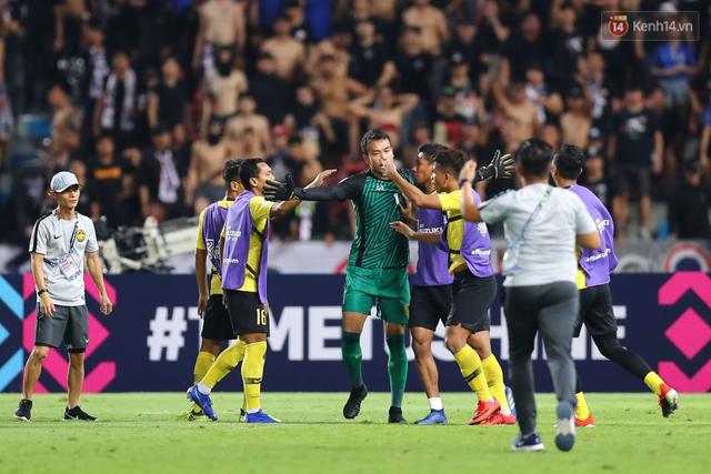 Hành động cực ngầu, tỉnh táo và quân tử của thủ môn Thái Lan trước màn trêu chọc thô thiển của cầu thủ Malaysia ngay trên sân - Ảnh 2.
