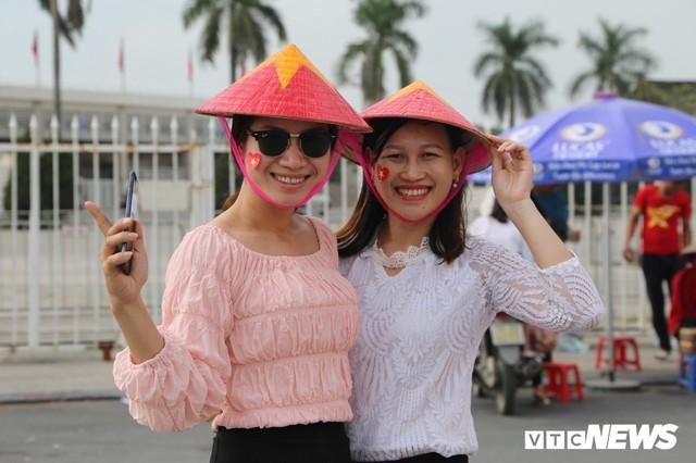 Ảnh: CĐV đến sớm cổ vũ tuyển Việt Nam đá bán kết lượt về AFF Cup 2018 - Ảnh 1.