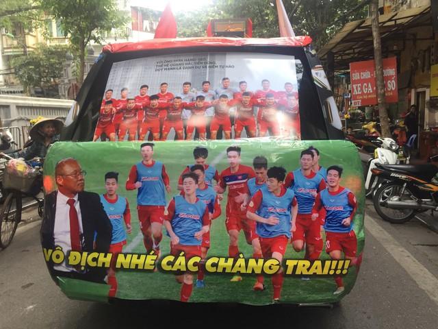Muôn kiểu trang trí xe chất như nước cất trước trận bán kết Việt Nam đấu Philippines - Ảnh 2.