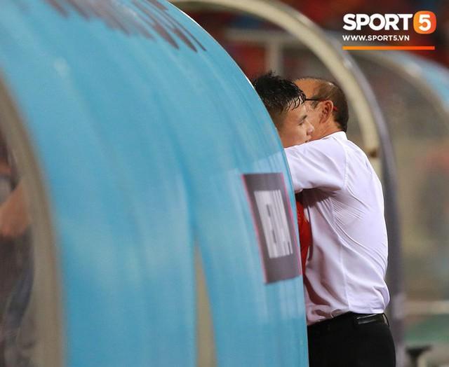 Thấy HLV Park Hang-seo đứng lặng một mình ở cabin sau chiến thắng trước Philippines, Quang Hải chạy tới ôm hôn, chia vui cùng thầy - Ảnh 2.