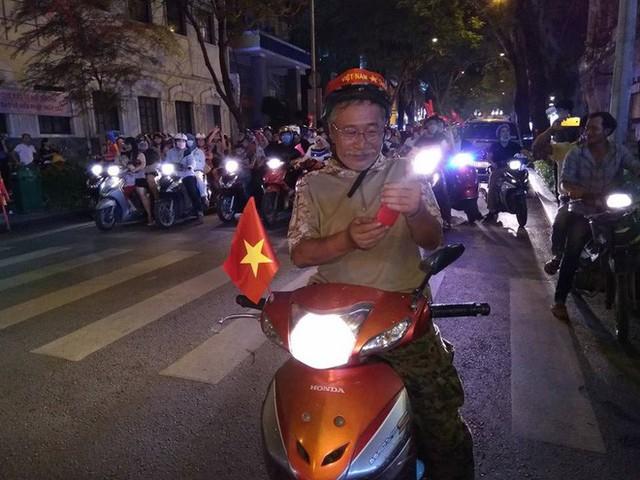 Cổ động viên vỡ òa sau chiến thắng của đội tuyển Việt Nam - Ảnh 11.