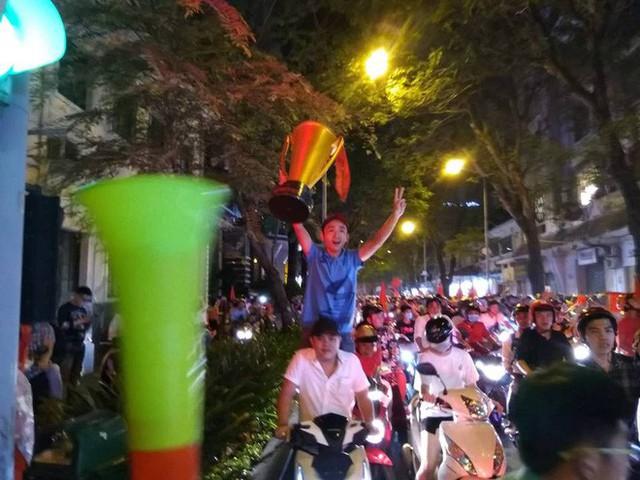 Cổ động viên vỡ òa sau chiến thắng của đội tuyển Việt Nam - Ảnh 12.