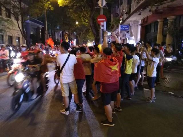 Cổ động viên vỡ òa sau chiến thắng của đội tuyển Việt Nam - Ảnh 15.