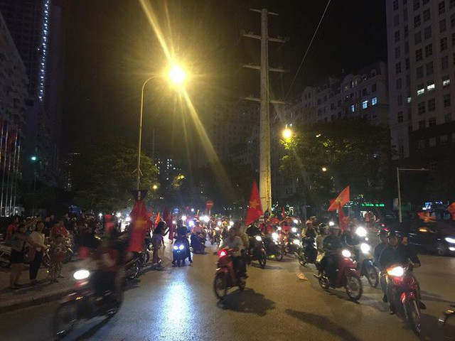 Cổ động viên vỡ òa sau chiến thắng của đội tuyển Việt Nam - Ảnh 3.