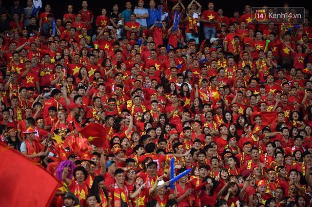Cổ động viên vỡ òa sau chiến thắng của đội tuyển Việt Nam - Ảnh 21.