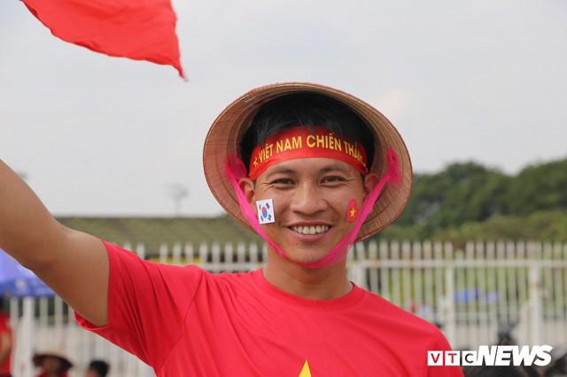 Ảnh: CĐV đến sớm cổ vũ tuyển Việt Nam đá bán kết lượt về AFF Cup 2018 - Ảnh 4.
