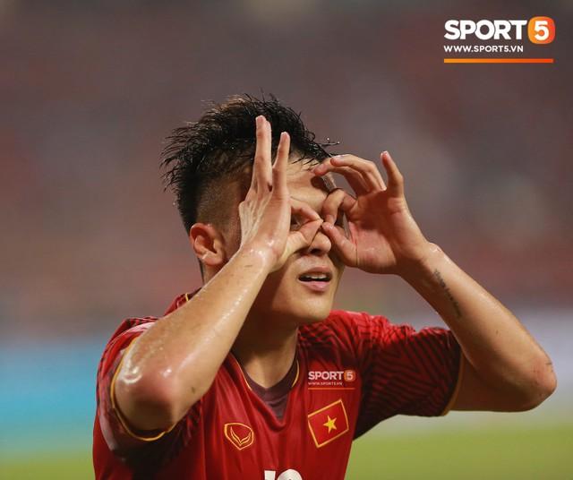 Thấy HLV Park Hang-seo đứng lặng một mình ở cabin sau chiến thắng trước Philippines, Quang Hải chạy tới ôm hôn, chia vui cùng thầy - Ảnh 7.