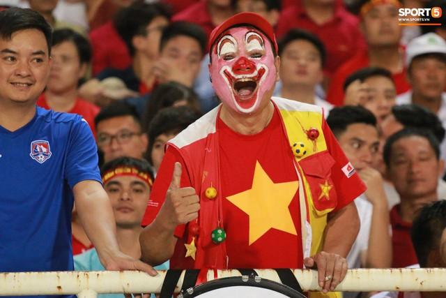 Muôn kiểu trang trí xe chất như nước cất trước trận bán kết Việt Nam đấu Philippines - Ảnh 9.