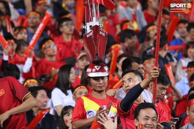 Muôn kiểu trang trí xe chất như nước cất trước trận bán kết Việt Nam đấu Philippines - Ảnh 10.