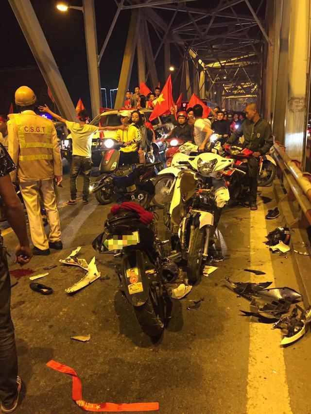 Ẩu đả, tai nạn giao thông liên tiếp trong đêm đi bão mừng chiến thắng của đội tuyển Việt Nam: Vui thôi đừng vui quá! - Ảnh 1.