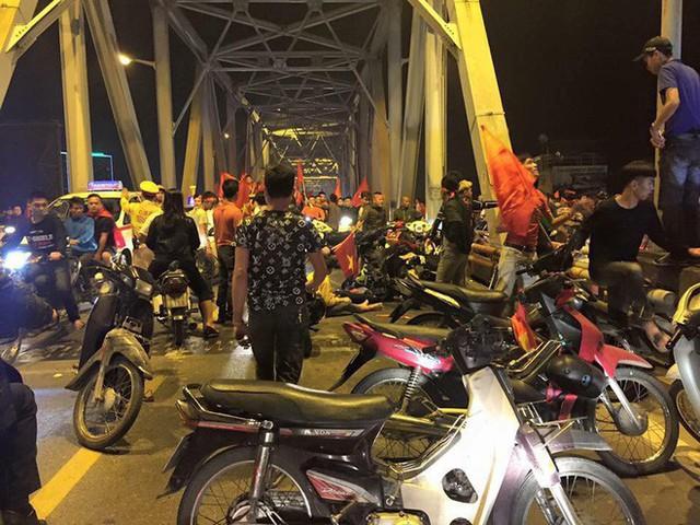 Ẩu đả, tai nạn giao thông liên tiếp trong đêm đi bão mừng chiến thắng của đội tuyển Việt Nam: Vui thôi đừng vui quá! - Ảnh 2.
