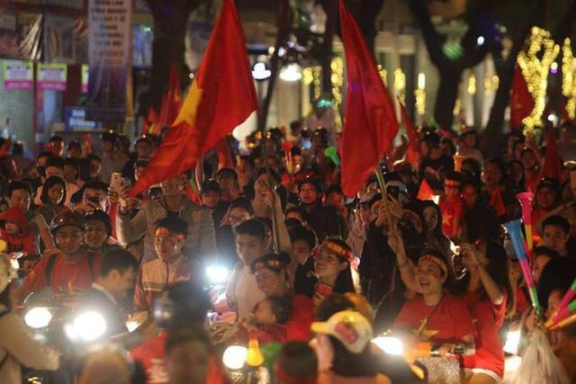 Những hình ảnh tuyệt vời ở Trái tim Hồ Gươm mừng chiến thắng của tuyển Việt Nam - Ảnh 4.