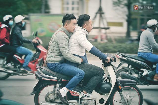Ảnh: Người dân Hà Nội trùm áo ấm, co ro ra đường trong đợt rét mạnh nhất từ đầu mùa - Ảnh 11.