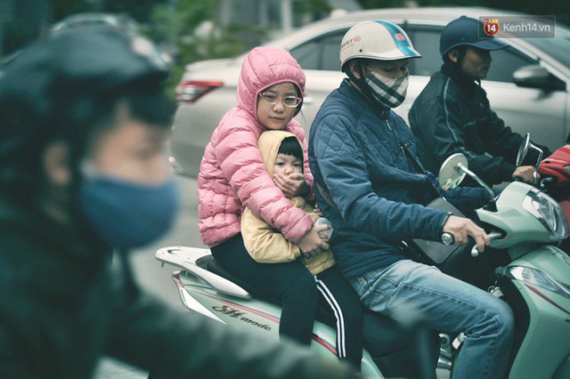 Ảnh: Người dân Hà Nội trùm áo ấm, co ro ra đường trong đợt rét mạnh nhất từ đầu mùa - Ảnh 12.