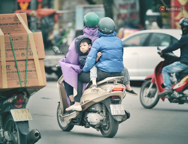 Ảnh: Người dân Hà Nội trùm áo ấm, co ro ra đường trong đợt rét mạnh nhất từ đầu mùa - Ảnh 14.