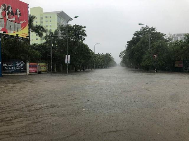 Mưa cực lớn tại Nghệ An, đường phố thành Vinh ngập sâu trong nước   - Ảnh 4.