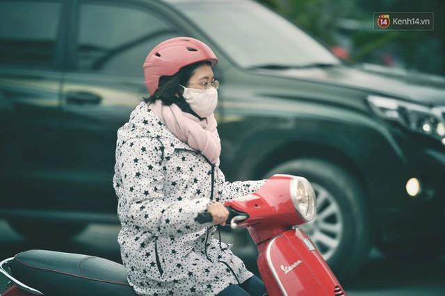 Ảnh: Người dân Hà Nội trùm áo ấm, co ro ra đường trong đợt rét mạnh nhất từ đầu mùa - Ảnh 4.