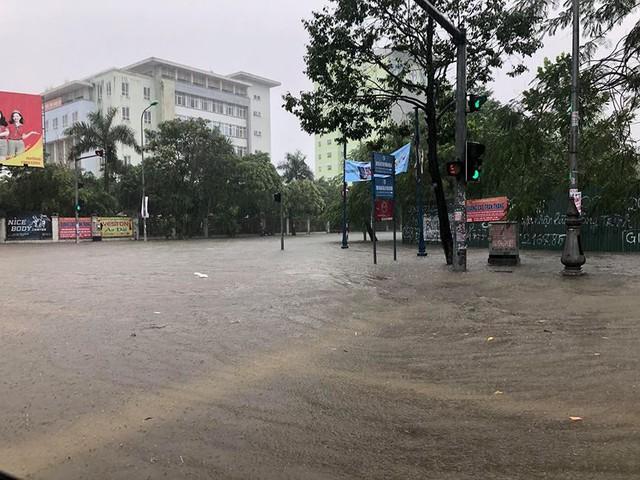 Mưa cực lớn tại Nghệ An, đường phố thành Vinh ngập sâu trong nước   - Ảnh 5.