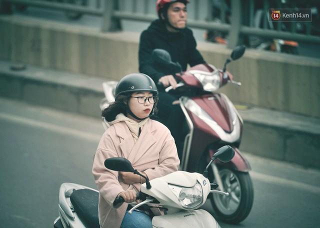Ảnh: Người dân Hà Nội trùm áo ấm, co ro ra đường trong đợt rét mạnh nhất từ đầu mùa - Ảnh 5.
