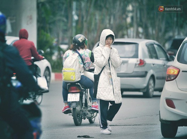 Ảnh: Người dân Hà Nội trùm áo ấm, co ro ra đường trong đợt rét mạnh nhất từ đầu mùa - Ảnh 6.