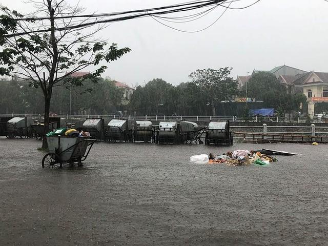 Mưa cực lớn tại Nghệ An, đường phố thành Vinh ngập sâu trong nước   - Ảnh 7.