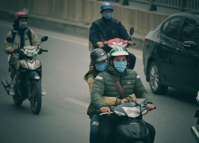 Ảnh: Người dân Hà Nội trùm áo ấm, co ro ra đường trong đợt rét mạnh nhất từ đầu mùa - Ảnh 10.