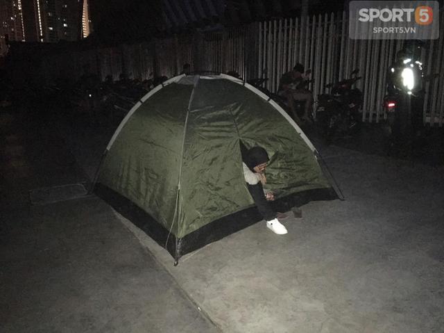 Chung kết lượt đi AFF Cup 2018: Ngay lúc này, hàng nghìn fan Malaysia vạ vật xếp hàng xuyên đêm chờ mua vé, không khác gì CĐV Việt Nam trước khi vé bán online - Ảnh 1.