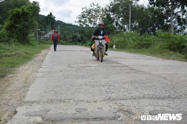 Ảnh: Cận cảnh ổ gà, ổ voi, lún võng trên quốc lộ ở Quảng Nam khiến tài xế khiếp đảm - Ảnh 1.