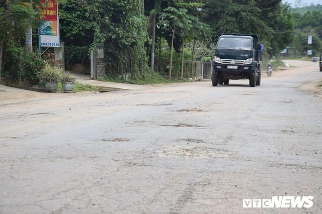 Ảnh: Cận cảnh ổ gà, ổ voi, lún võng trên quốc lộ ở Quảng Nam khiến tài xế khiếp đảm - Ảnh 2.