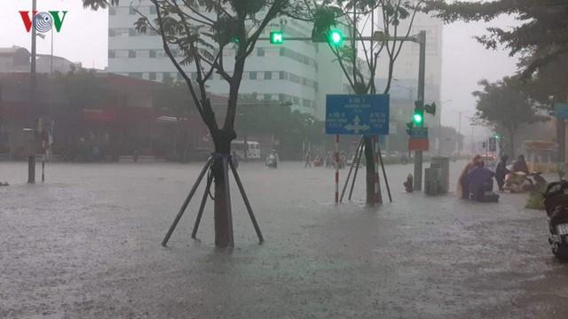 Mưa lớn, Đà Nẵng chìm trong biển nước - Ảnh 1.