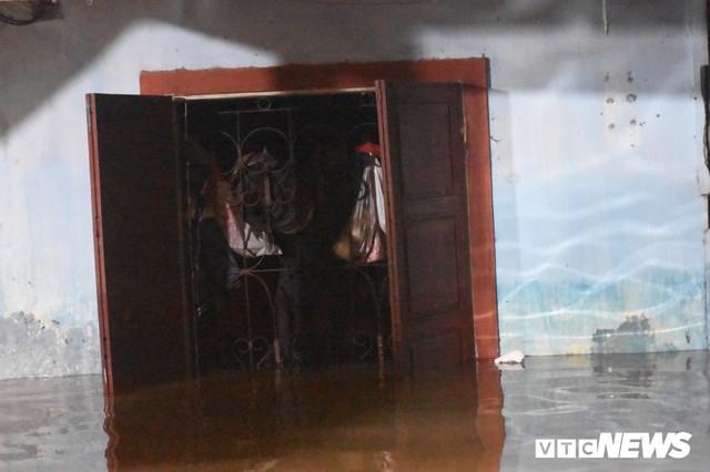 Lũ kéo về giật đổ tường, Đông Hà, Quảng Trị chìm trong biển nước - Ảnh 2.