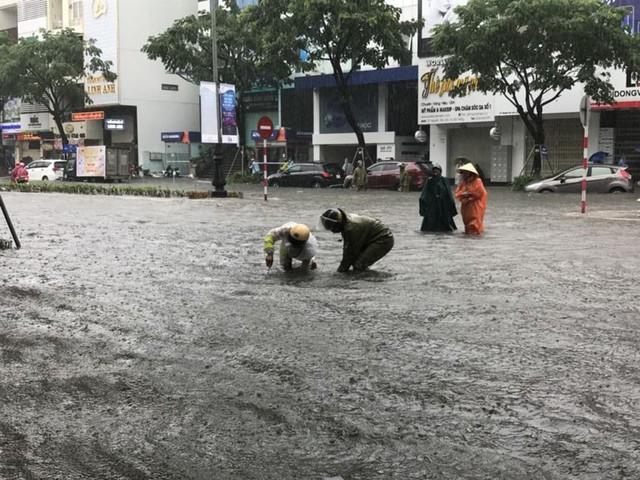 Ngập sâu ở Đà Nẵng: Ô tô chết máy hàng loạt, CSGT đằm mình giải cứu  - Ảnh 1.