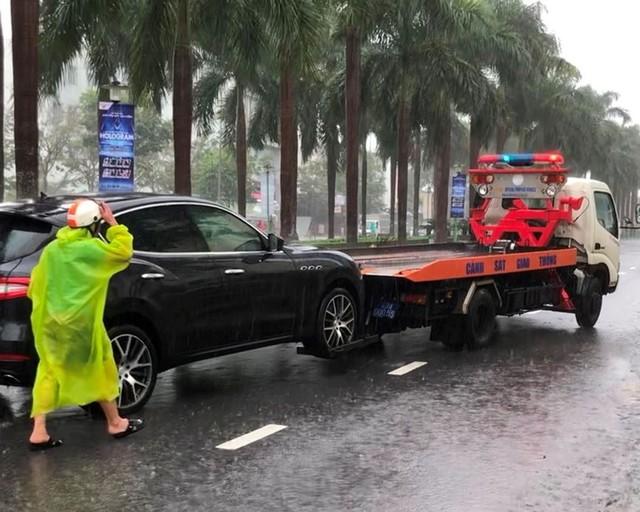 Ngập sâu ở Đà Nẵng: Ô tô chết máy hàng loạt, CSGT đằm mình giải cứu  - Ảnh 2.