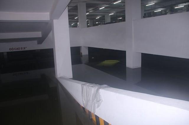 Xế hộp BMW, Range Rover chìm trong hầm, ngập trên đường Đà Nẵng - Ảnh 1.