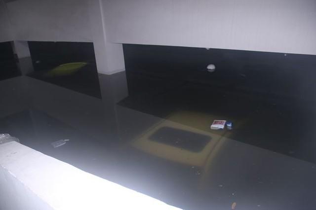 Xế hộp BMW, Range Rover chìm trong hầm, ngập trên đường Đà Nẵng - Ảnh 2.