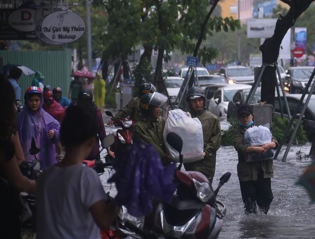 Ngập sâu ở Đà Nẵng: Ô tô chết máy hàng loạt, CSGT đằm mình giải cứu  - Ảnh 11.