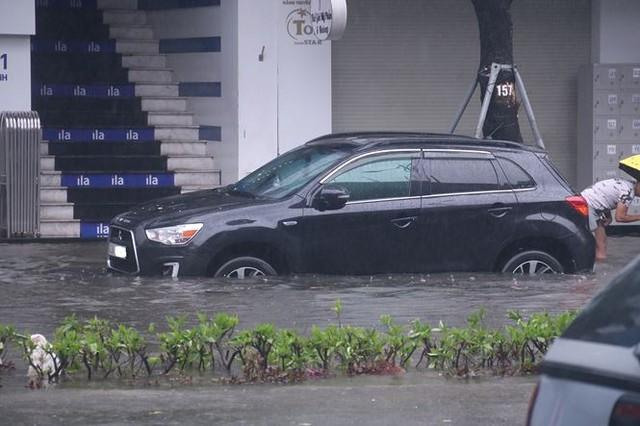 Xế hộp BMW, Range Rover chìm trong hầm, ngập trên đường Đà Nẵng - Ảnh 11.