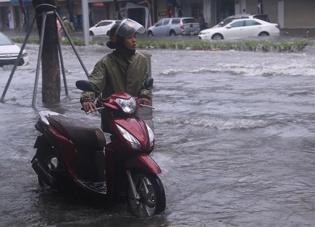 Ngập sâu ở Đà Nẵng: Ô tô chết máy hàng loạt, CSGT đằm mình giải cứu  - Ảnh 12.