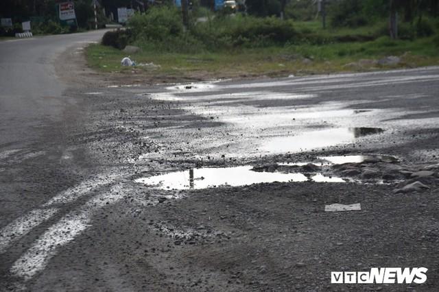 Ảnh: Cận cảnh ổ gà, ổ voi, lún võng trên quốc lộ ở Quảng Nam khiến tài xế khiếp đảm - Ảnh 13.
